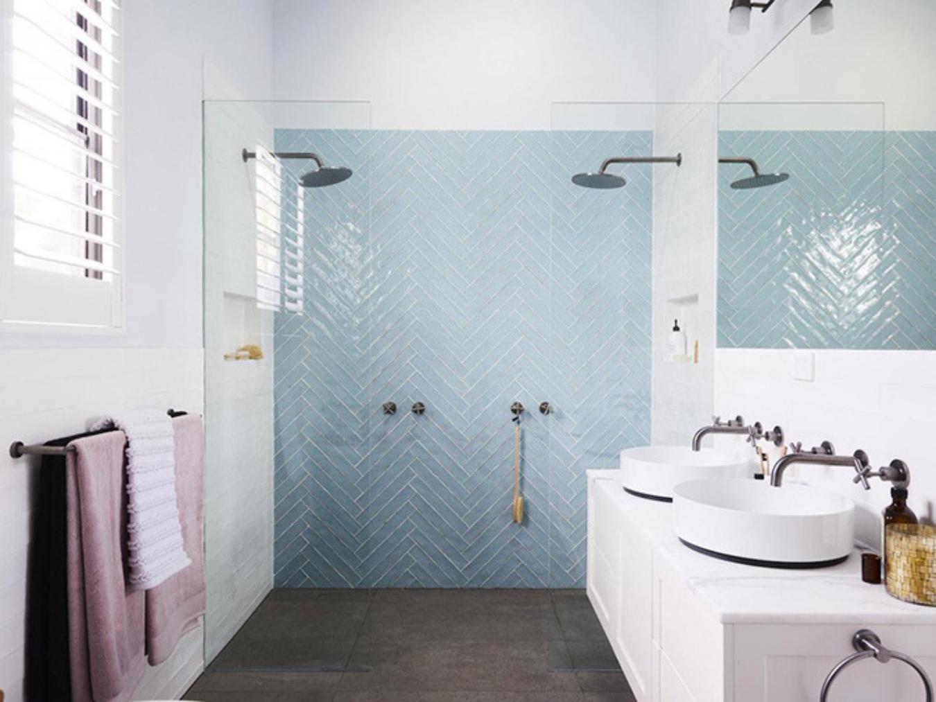 Carrelage Salle De Bain Bleu Turquoise peindre sa salle de bain : nos 5 étapes clés avant de se