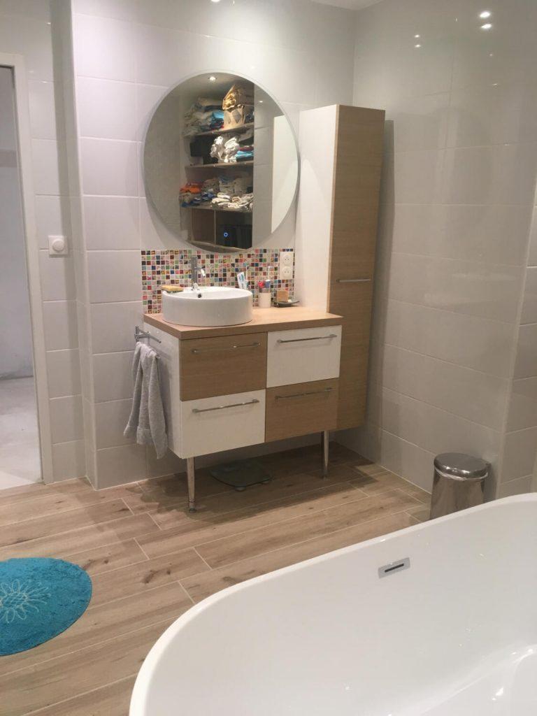 salle de bain design blanche et bois