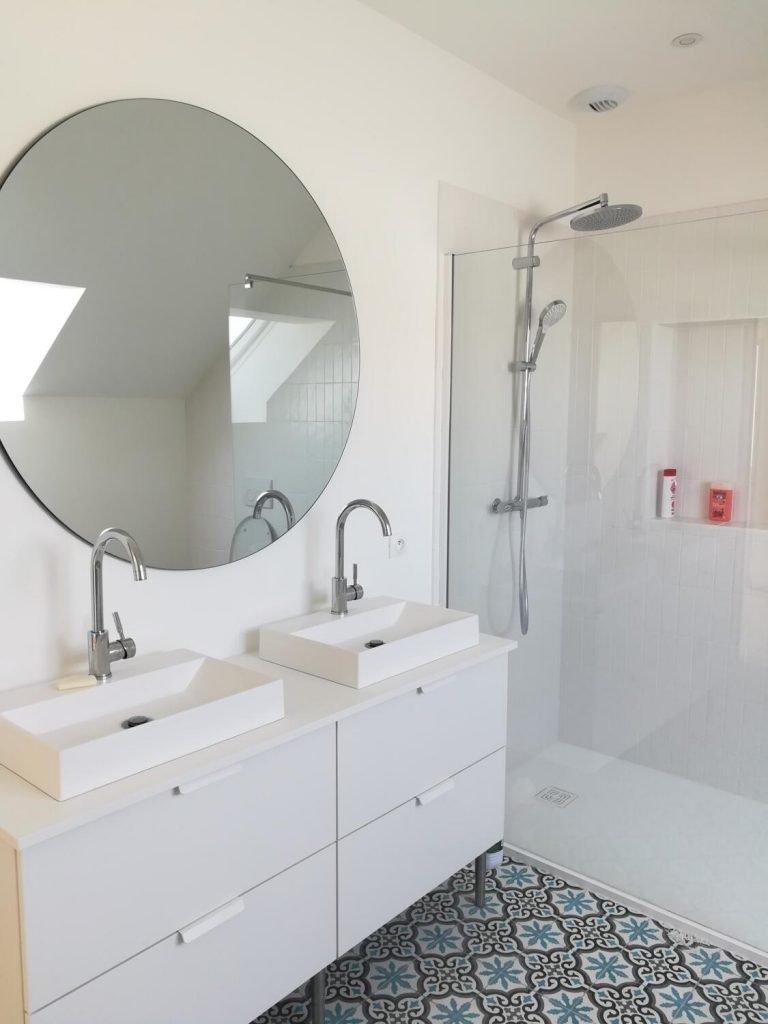 salle de bain design blanche