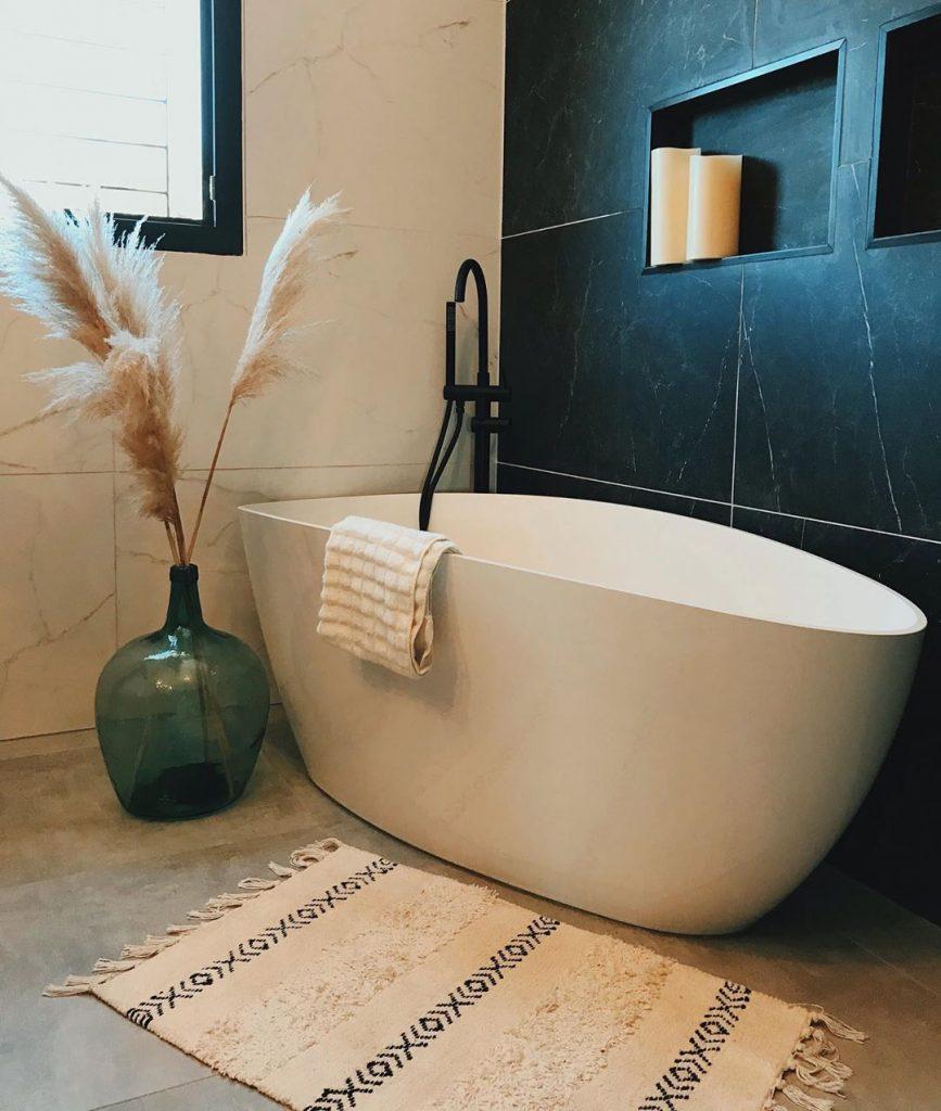 baignoire ilot design salle de bain noire et blanche