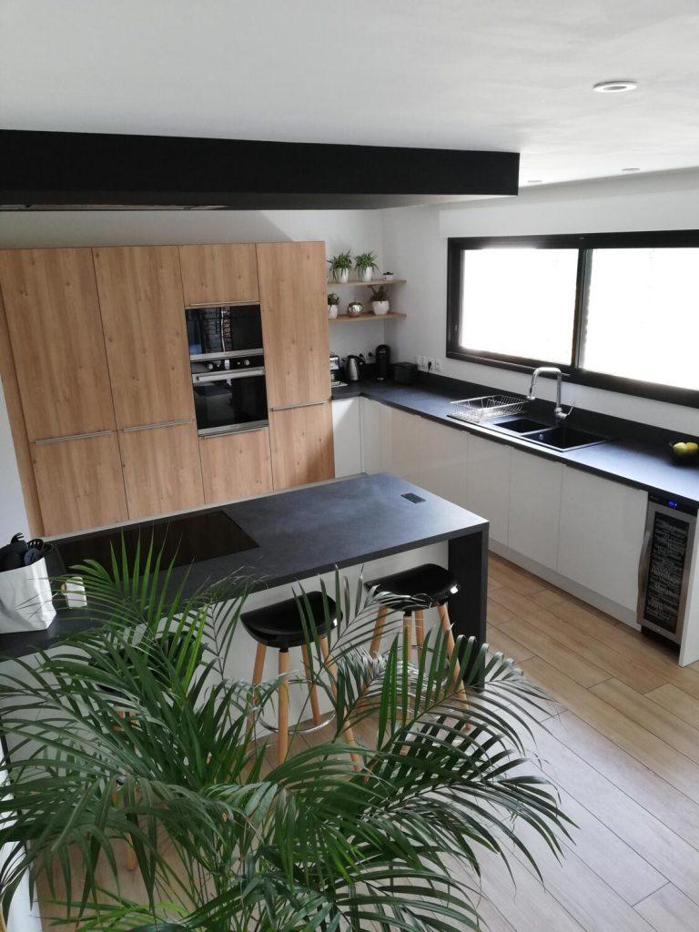 Grande-cuisine-moderne-ouverte-noir-et-bois