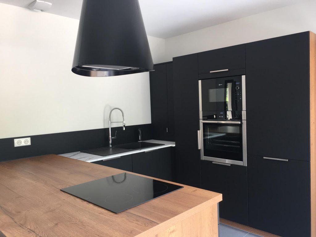 cuisine noire bois et marbre en U