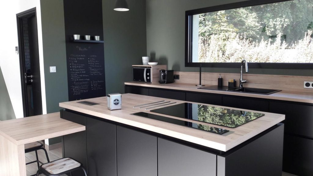 cuisine noire bois et vert au style moderne