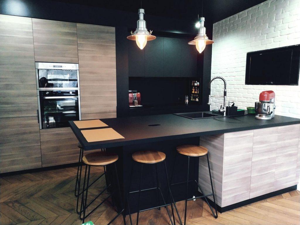 Ilot Central Avec Plaque De Cuisson cuisine noire et bois : 15 modèles tendances ! - kozikaza