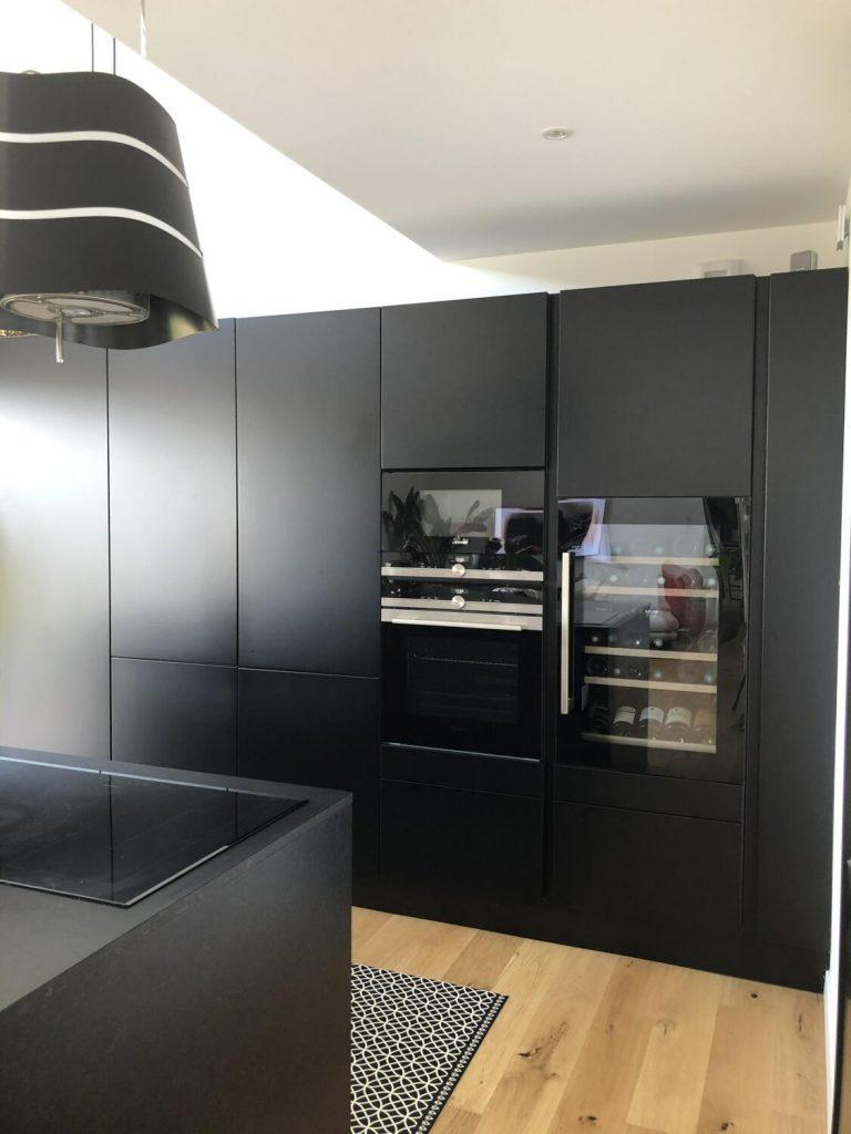 Grands-meubles-de-rangement-noir