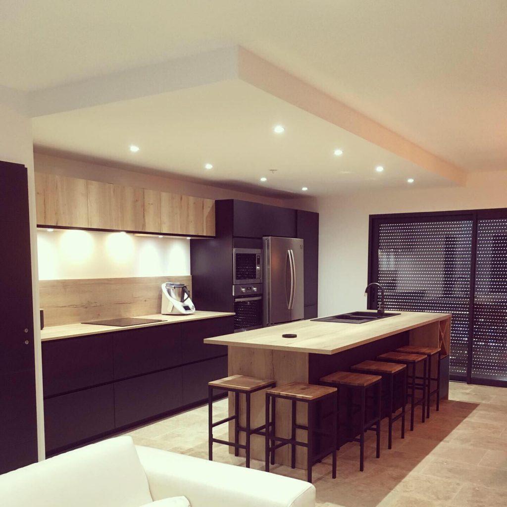 grande cuisine noire et bois ouverte