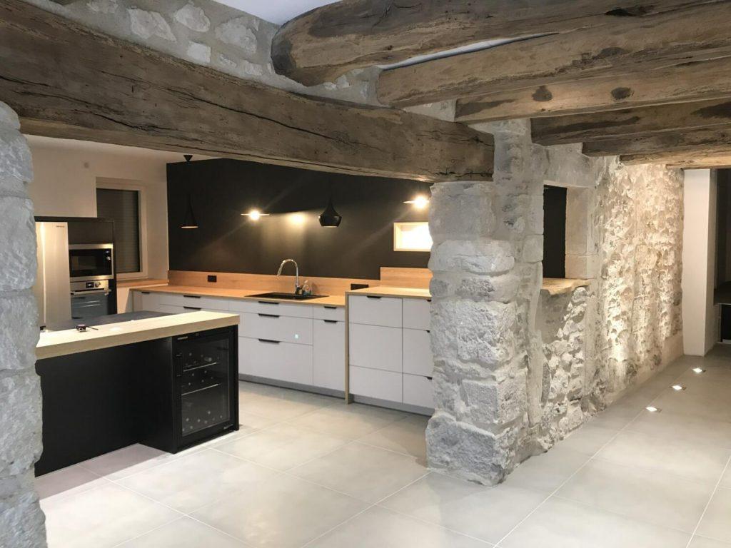 cuisine noire blanche et bois avec îlot central