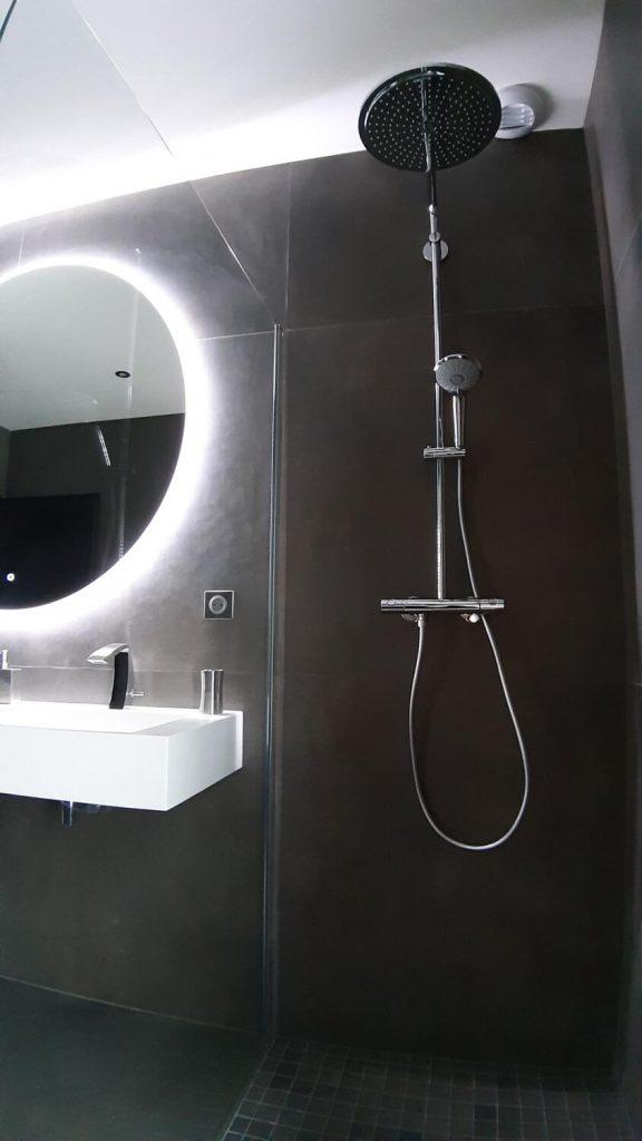 salle de bain design noire et blanche avec douche italienne