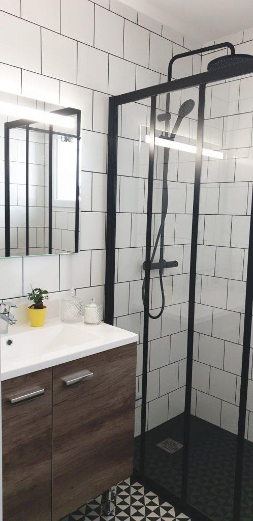 salle de bain industrielle avec carrelage blanc et noir