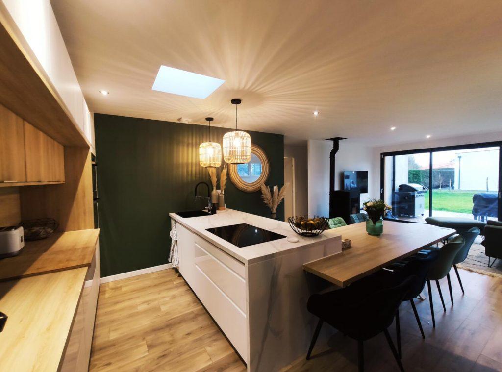 cuisine blanche et bois scandinave avec ilot et table en bois