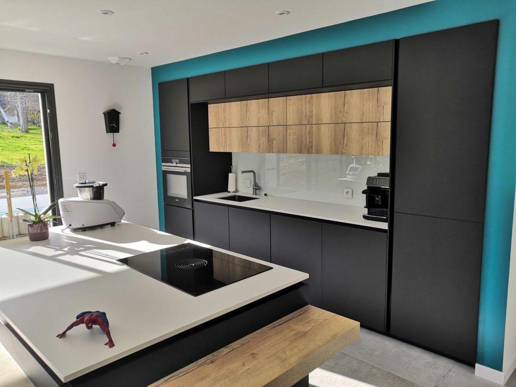 cuisine moderne noire et bois en longueur