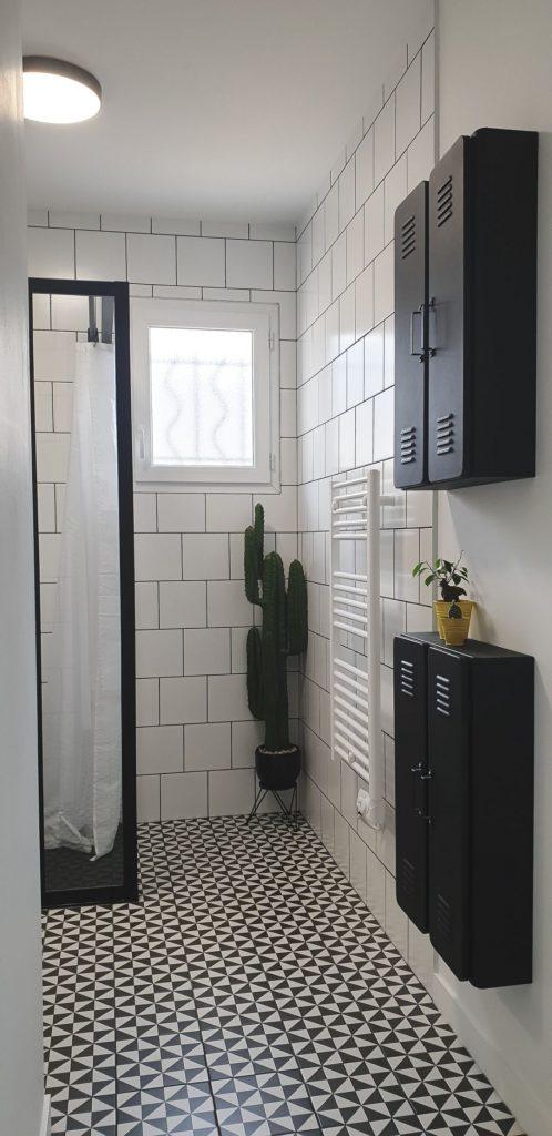 salle de bain industrielle avec mini vestiaire extra plat