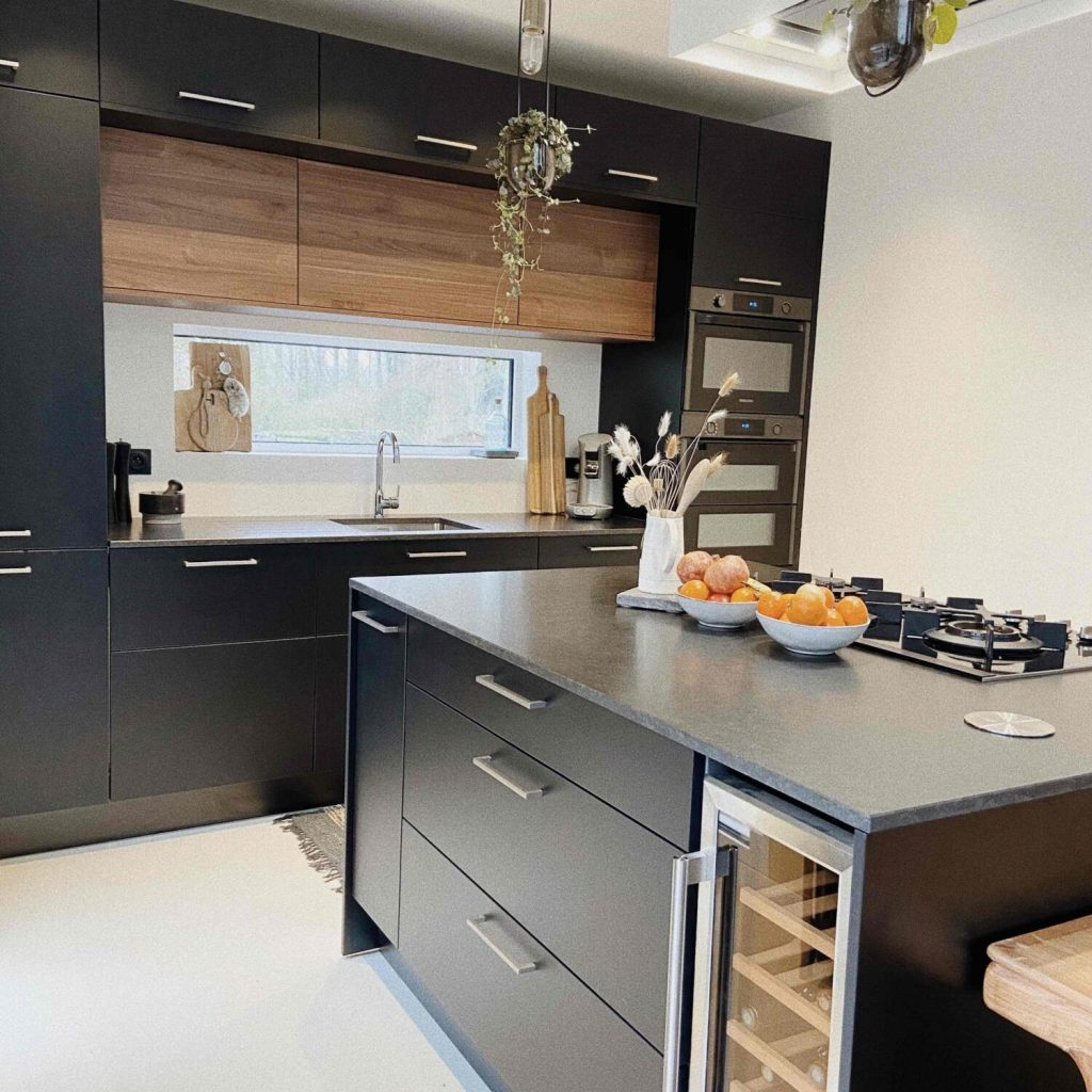 cuisine en longueur noire et bois avec cave à vin