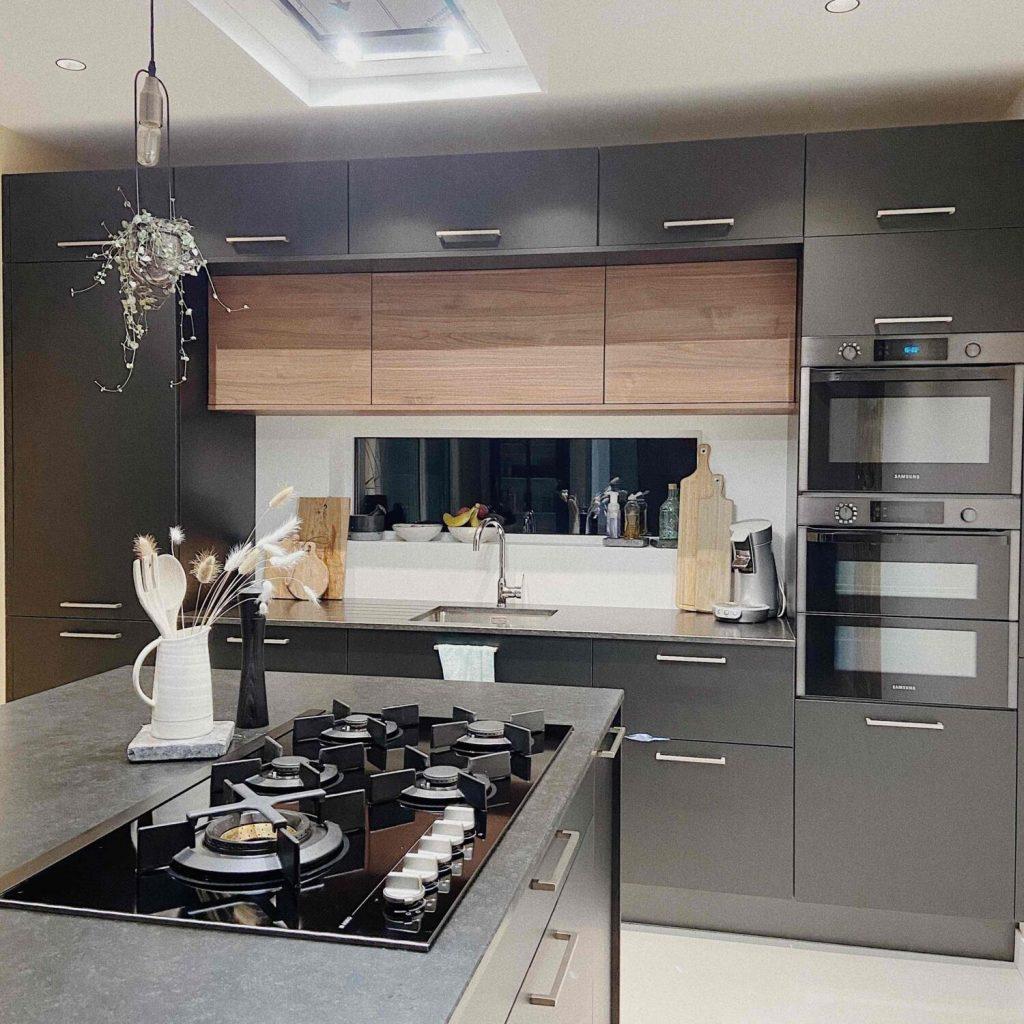 cuisine en longueur noire et bois avec ilot multifonction