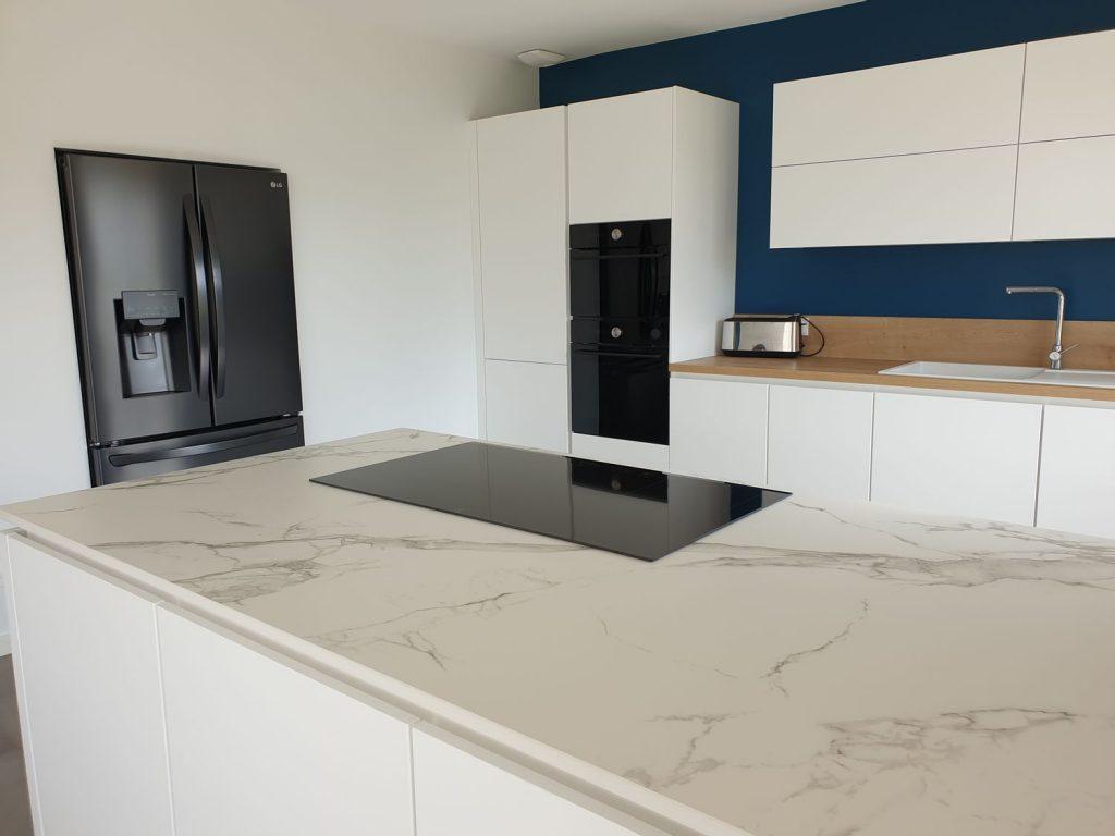 cuisine blanche design avec ilot en marbre blanc