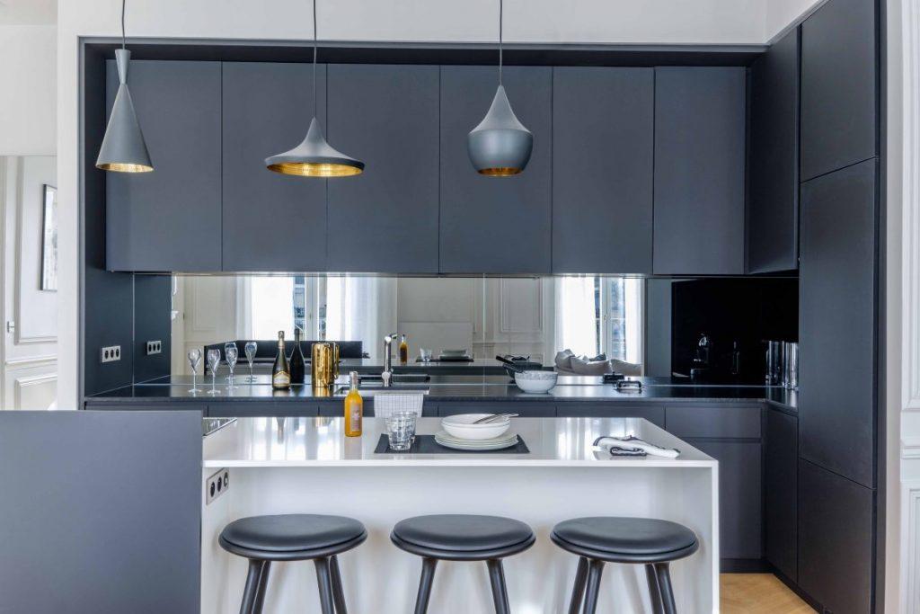 cuisine-bleue-chic crédence miroir