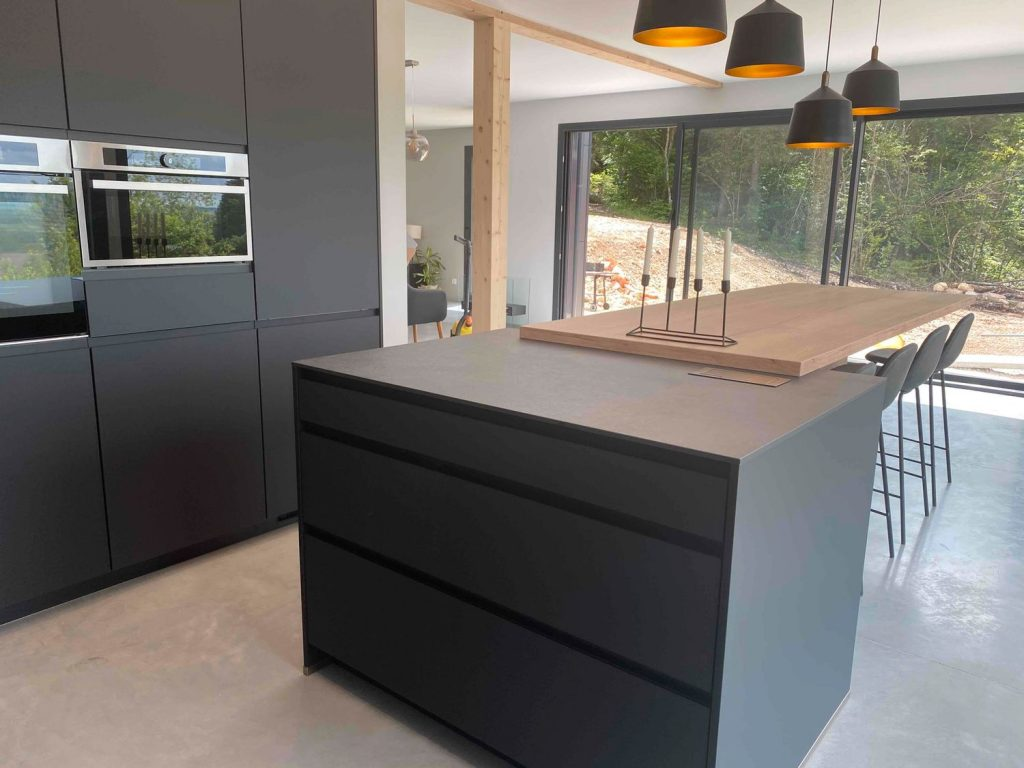 cuisine design noire et bois avec ilot central