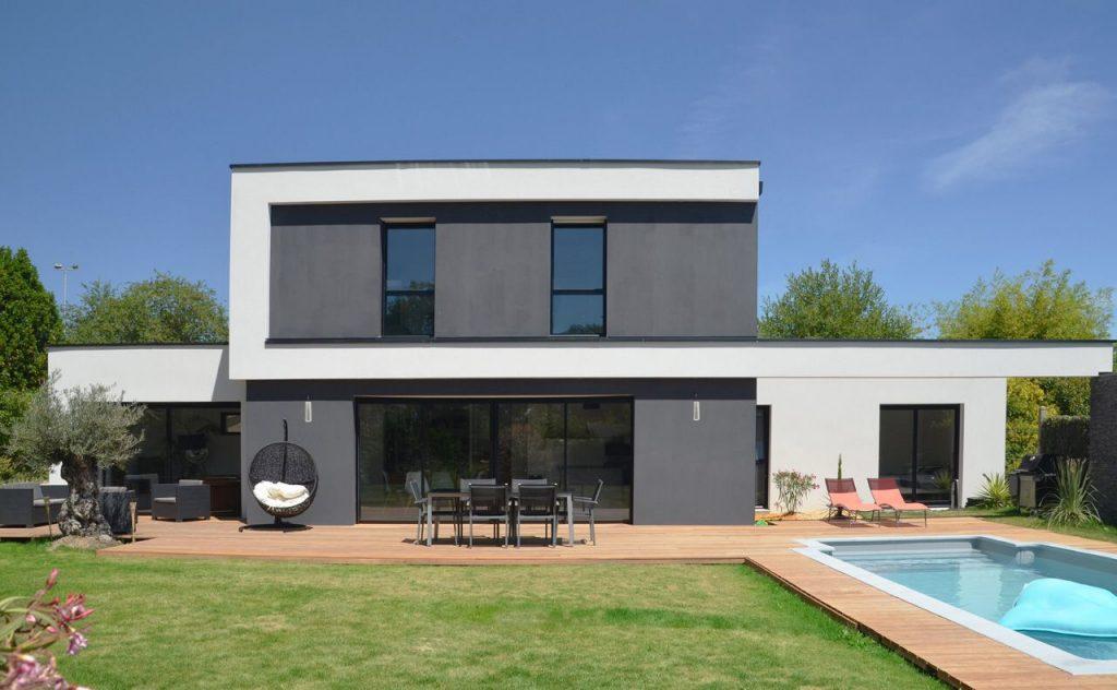 maison design avec terrasse en bois cumaru design et piscine