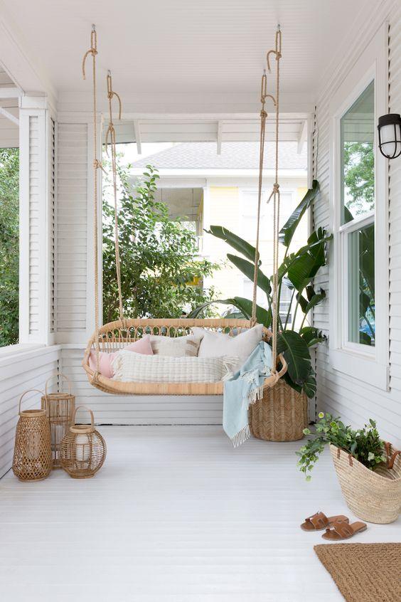 terrasse bohème blanche et bois avec balancelle et lanternes