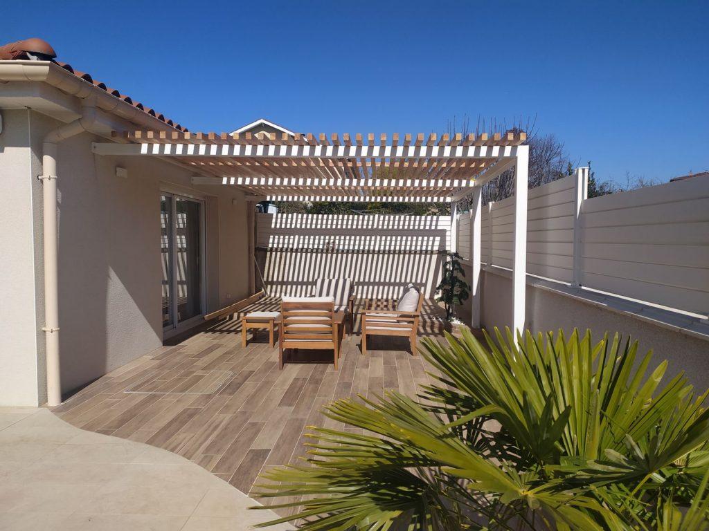 Une terrasse pergola avec carrelage effet bois