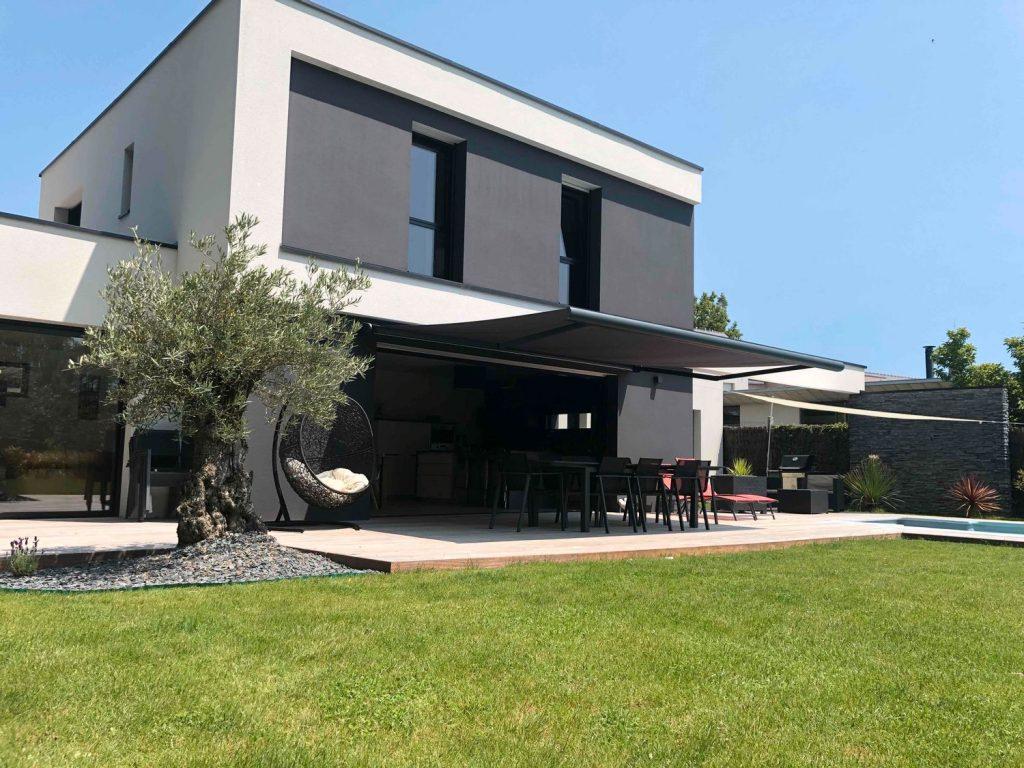 maison design avec voile d'ombrage sur la terrasse