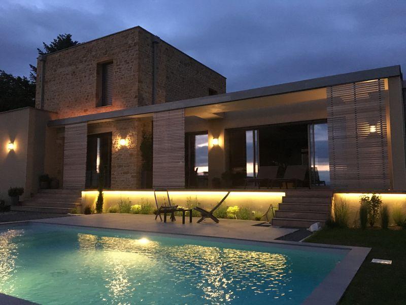 villa contemporaine avec piscine et claustras coulissants