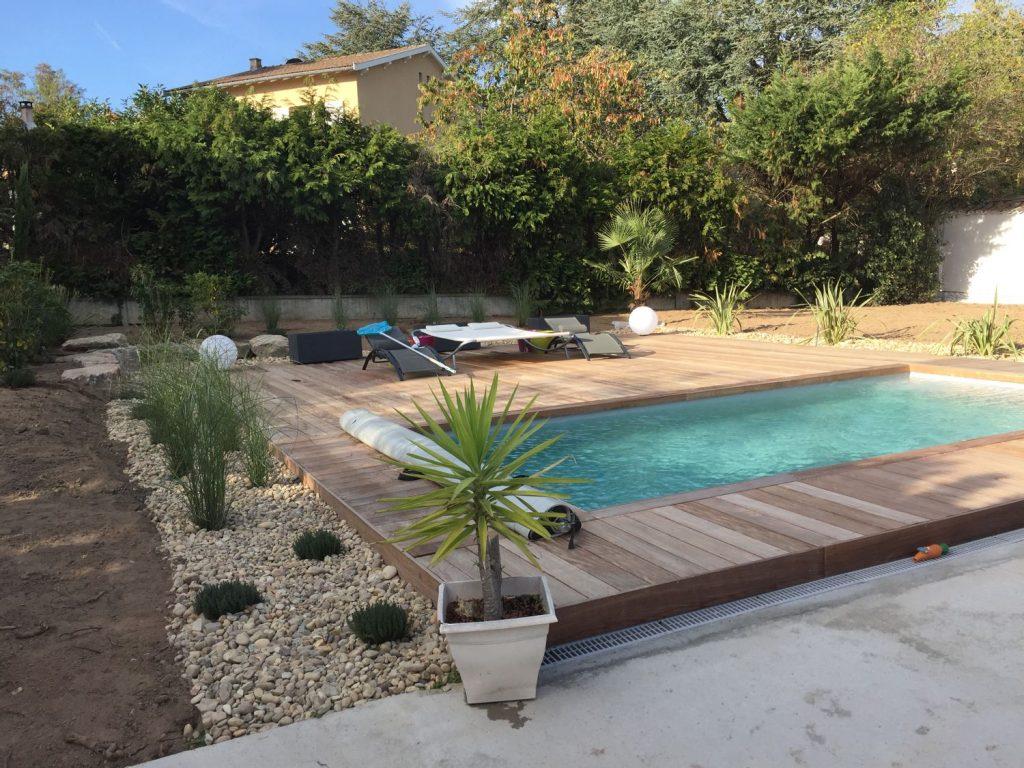 piscine avec terrasse et éclairage moderne