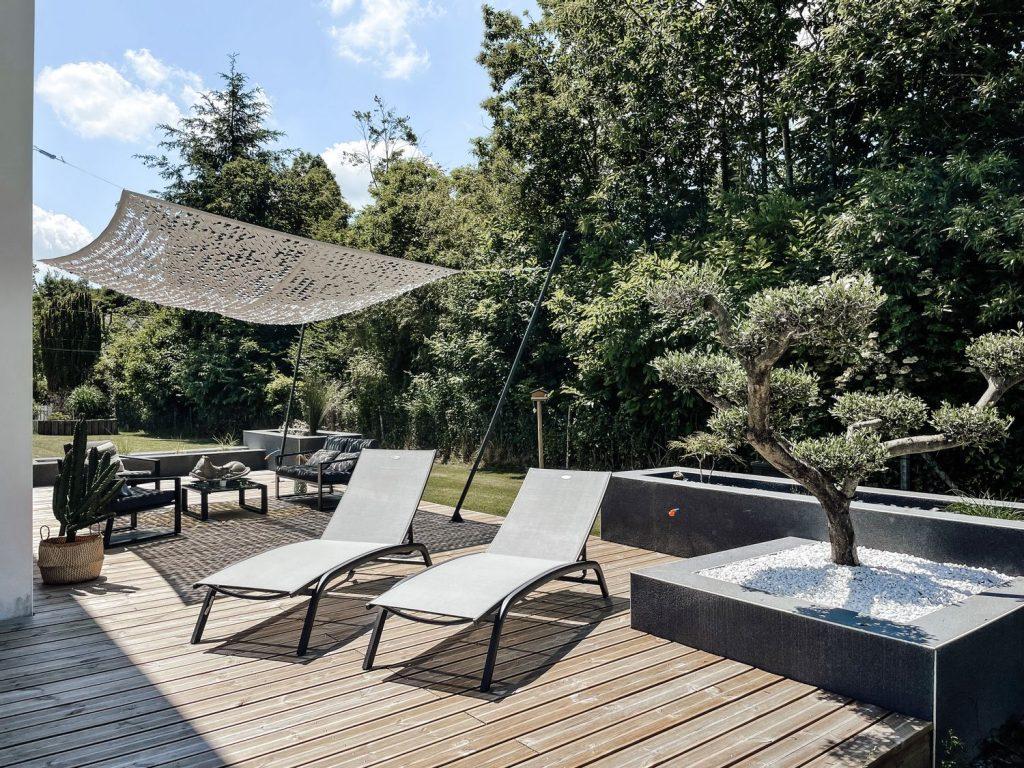 Un coin terrasse chic et paisible et jardin zen