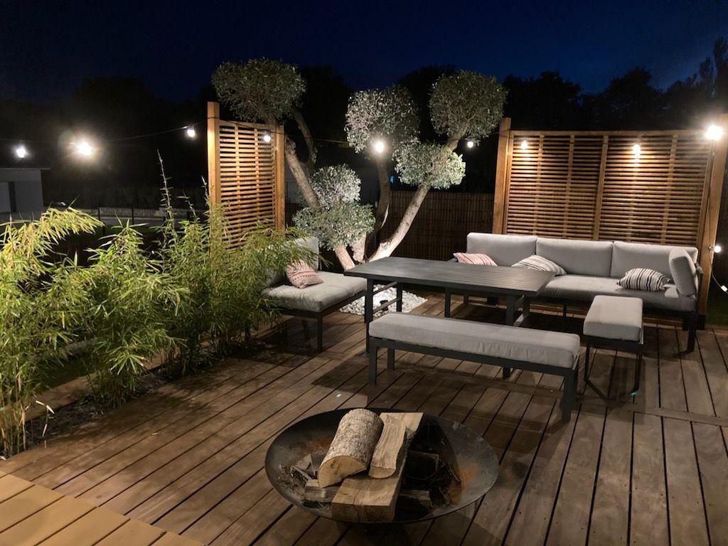 Un coin terrasse à l'esprit zen et japonisant et braserio
