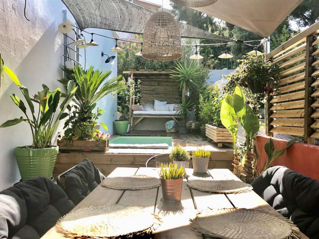 terrasse exotique avec lit en bambou piscine et déco