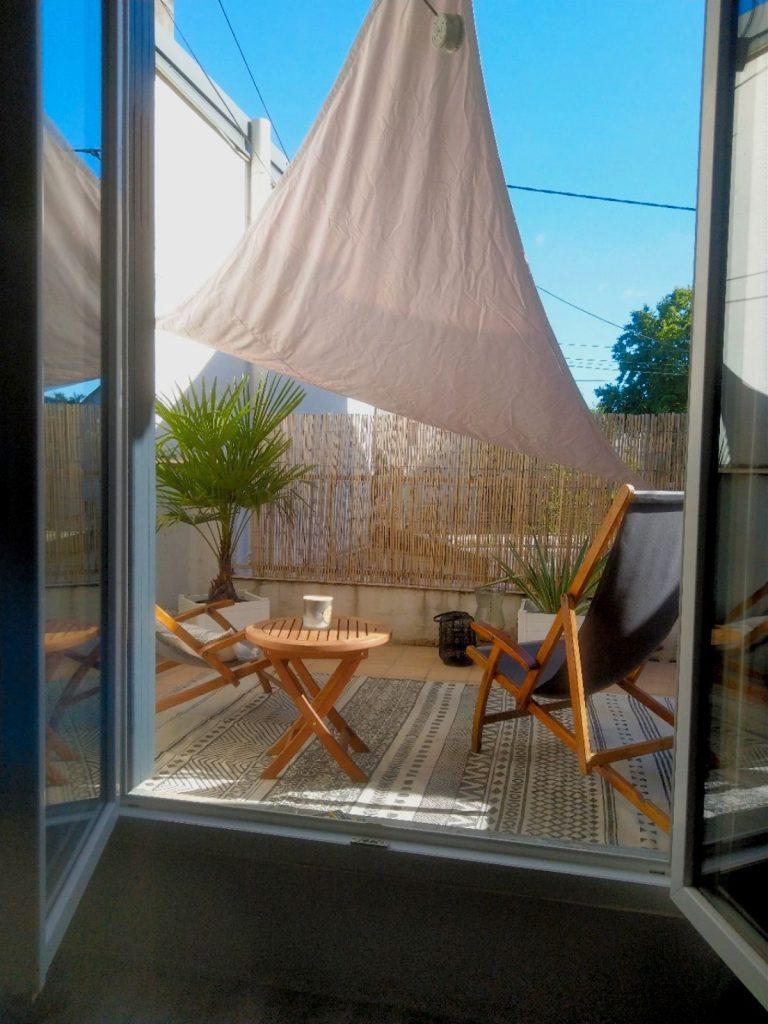 balcon aménagé avec voile d'ombrage