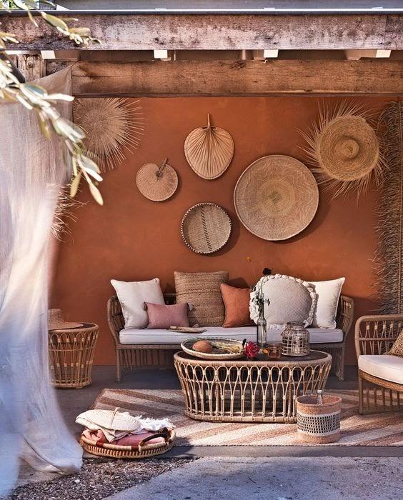 jardin aménagé avec salon de jardin peinture ocre