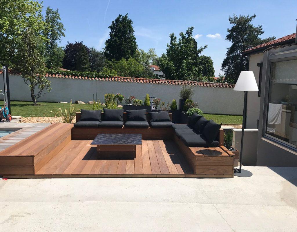 coin terrasse salon extérieur aménagé avec canapé d'angle